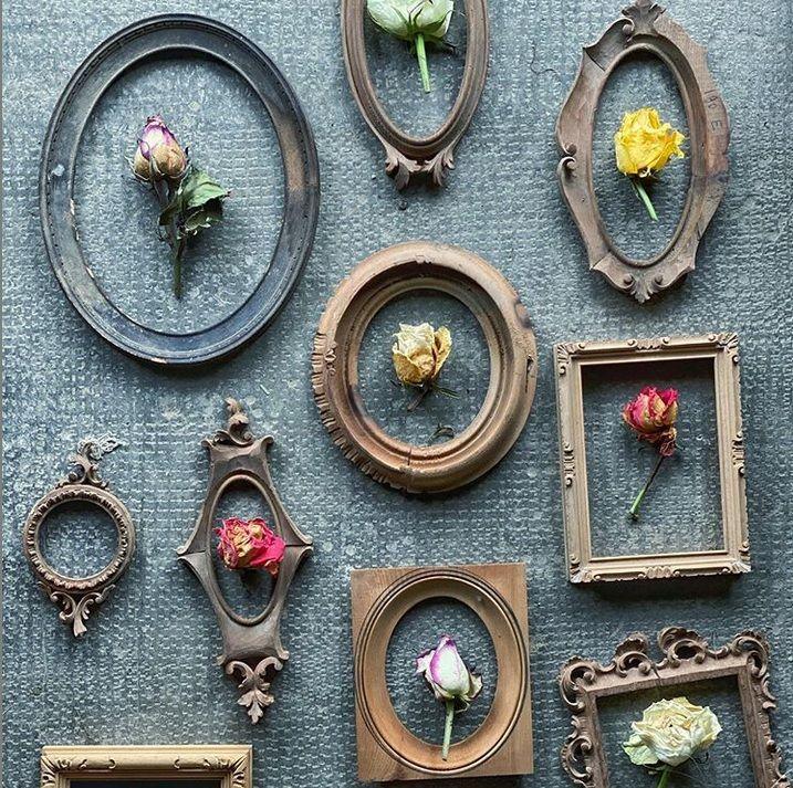 parte di cornici vintage e fiori per allestimento matrimonio