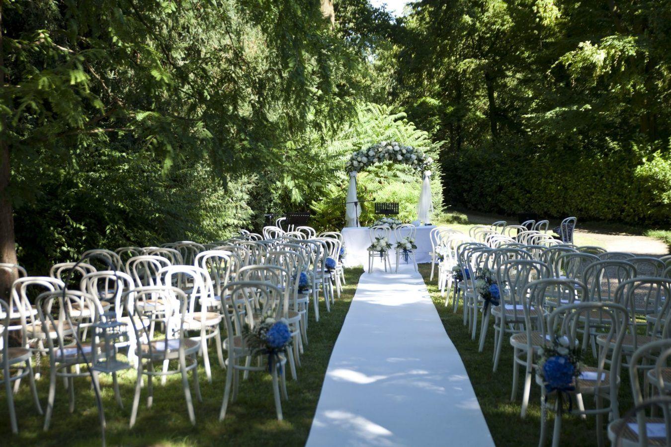 allestimento rito civile con sedie bianche e arco con fiori