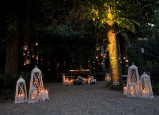 taglio torta in giardino tra candele e atmosfere romantiche
