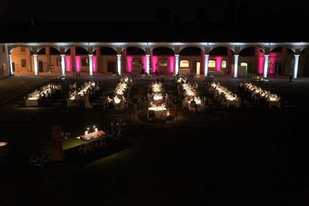 matrimonio all aperto cena nella corte con atmosfere luminose e lampade da tavolo