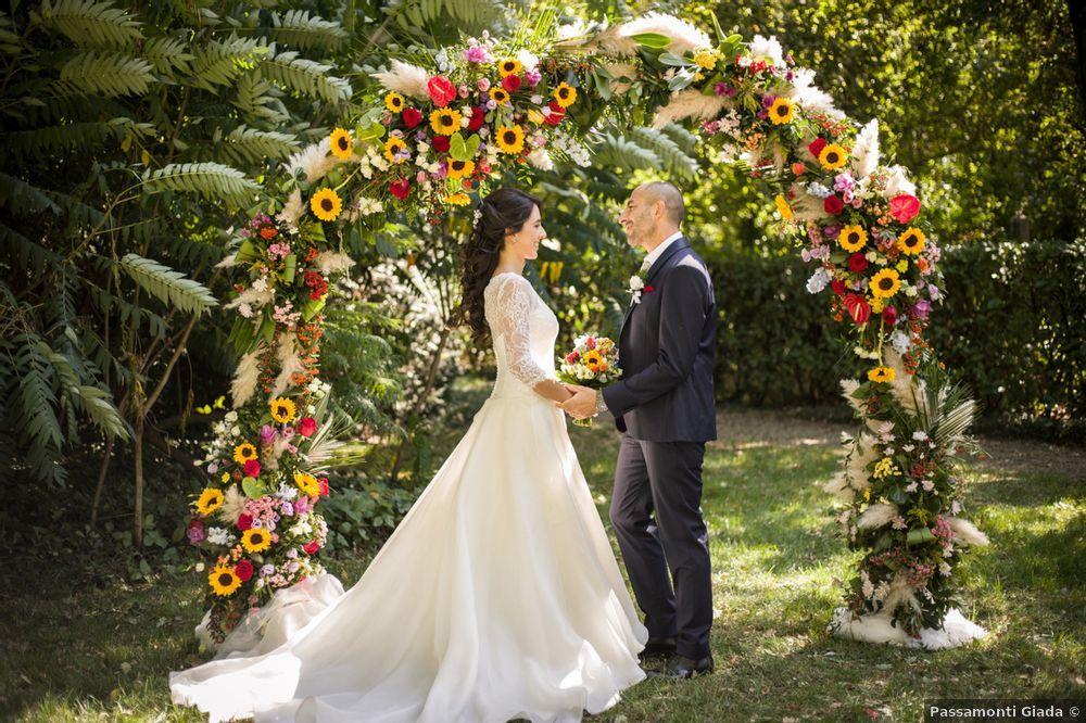 arco fiorito sposarsi all aperto rito civile in giardino