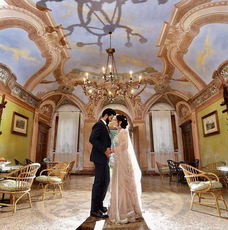 matrimonio indiano in Italia a Cascina Farisengo vicino a Cremona: sposi nella sala della villa